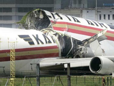 Uçak ikiye bölündü ! galerisi resim 1