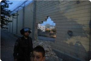 Filistinli Aktivistler Kudüs'te Irkçı Ayrım Duvarını Delmeyi Başardı