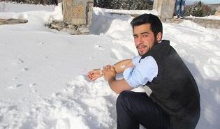 Uludağ'da ziyaretçiler karla abdest alıyor