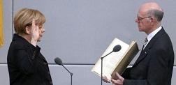 Merkel, İncil'e yemin ederek başladı