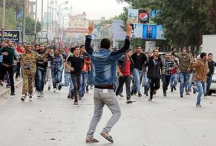 Libya'da göstericiler hükümet binasını kuşattı