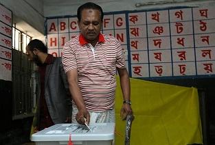 Bangladeş'te oy verme işlemi sürüyor