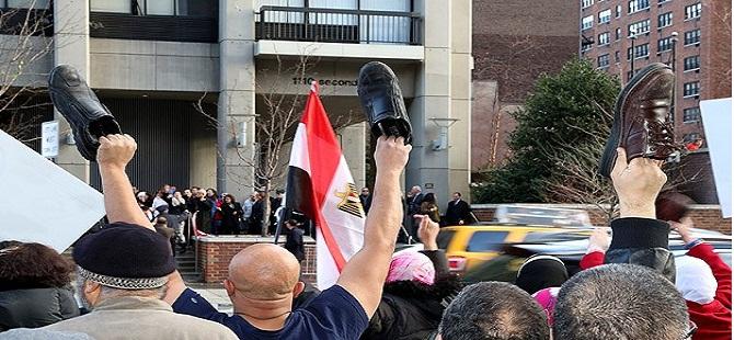 """Mısırlılardan referanduma """"ayakkabılı"""" protesto"""