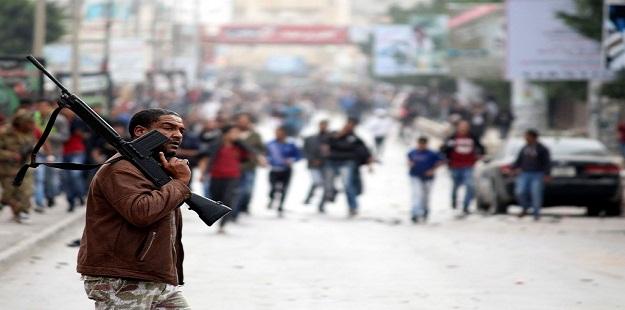Çatışmalardan kaçan binlerce Suriyeli sınırda