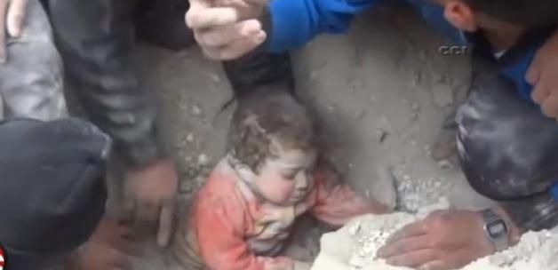 Suriyeli Çocuğun Ağlatan Kurtarılma Anı (VİDEO)