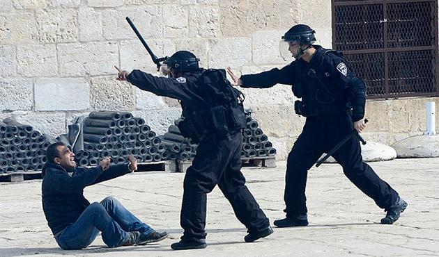 İsrail güçleri Aksa'ya girdi, Filistinlilerle çatışıyor