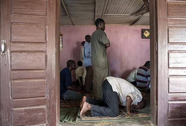 Müslümanlar OAC'den zorla çıkartılıyor