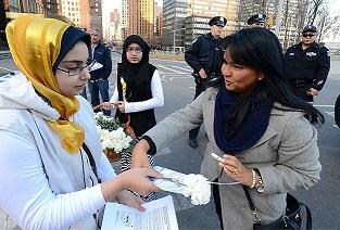 ABD'deki Mısırlı kadınlardan beyaz karanfil