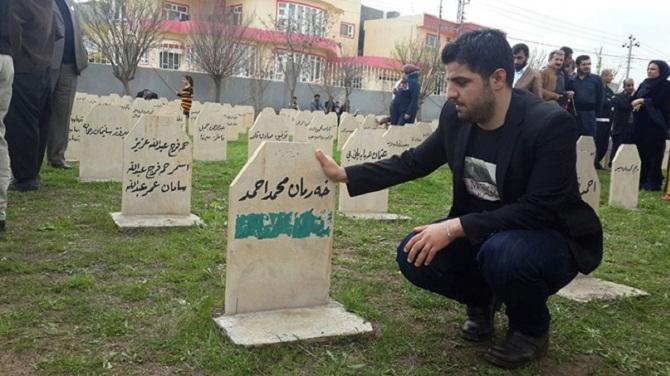 Halepçe'de Kendi Mezarının Başında