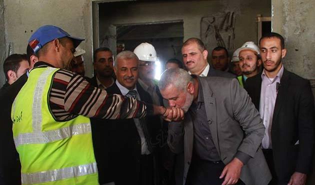 Filistin Başbakanı, işçinin elini öptü