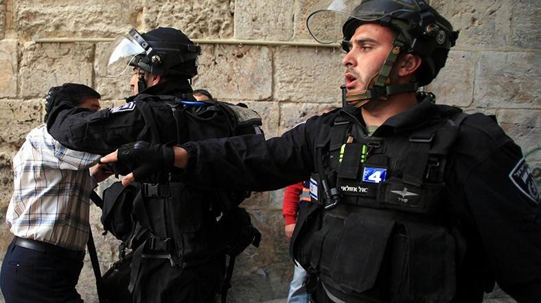 İsrailli polisler yaşlı filistinliyi darp etti