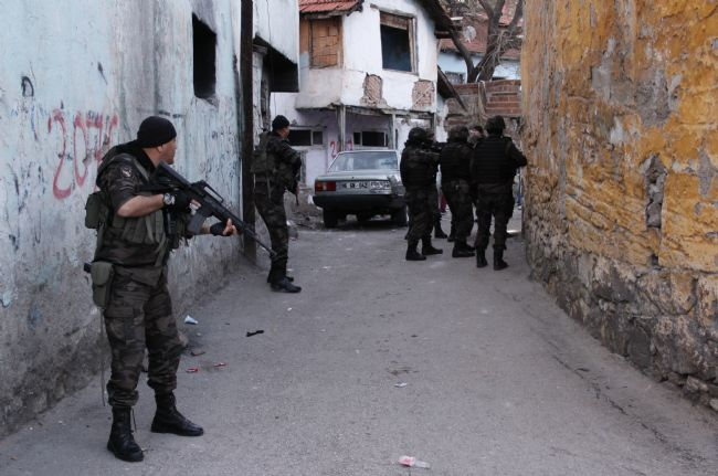 İstanbul'da 300 polisli şafak operasyonu