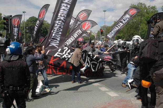 Polisten Anti-Kapitalistlere Sert Müdahale-VİDEO