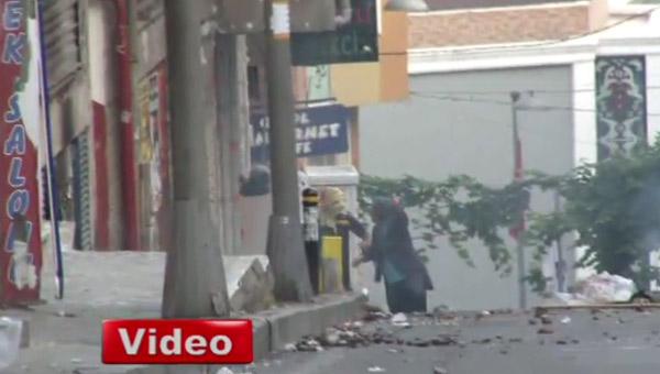 Yaşlı Kadın Eylemcilere Böyle Tepki Gösterdi-VİDEO