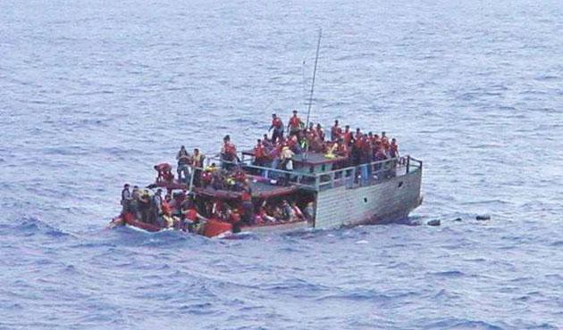 Malezya'da kaçak botu battı: 66 kayıp