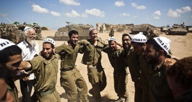 İsrail askerlerinin katliam halayı!