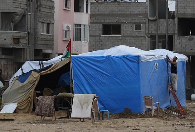Gazze yağmuru naylon pencerelerle karşıladı