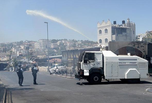 Kudüs'te cuma namazına gidenlere foseptik suyu sıktılar