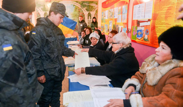 Ukrayna'da seçimi Poroşenko bloku önde götürüyor