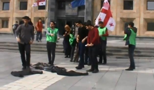 Azeri öğrencilerden cami protestosu
