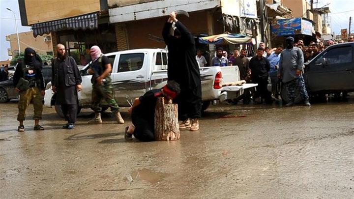 IŞİD sokak ortasında 3 çocuğun başını kesti
