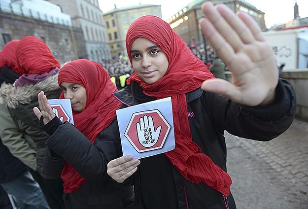 İsveç'te Cami Kundaklamaları Protesto Edildi