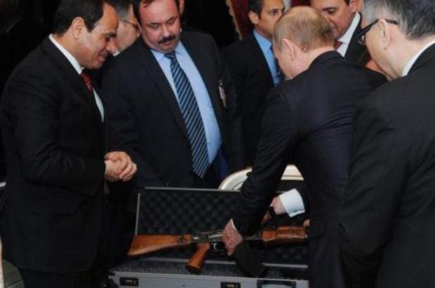 Putin'den Sisiye Kalaşnikof Hediye Etti