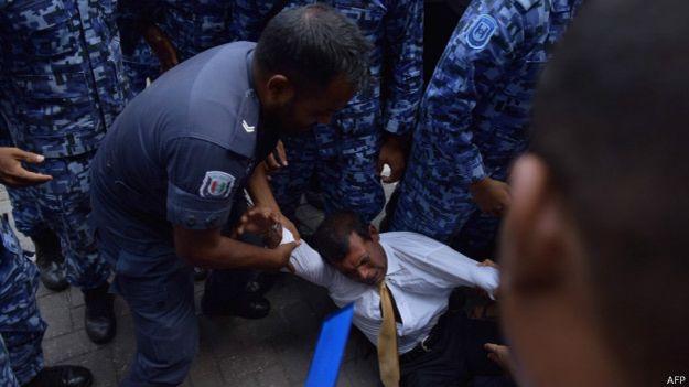 Eski Devlet Başkanı Mahkemeye Sürüklenerek Götürüldü