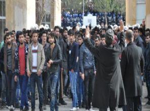 Üniversite Karıştı, Öğrenciler Bbirbirini Taşladı