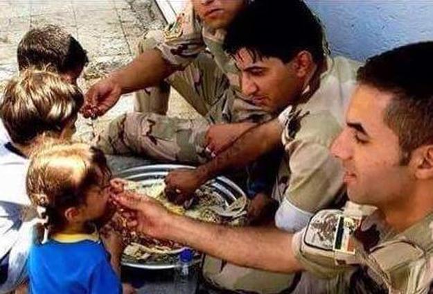 Tikrit'i IŞİD'den Temizleyen Gönüllüler Halkı Böyle Taşıdı