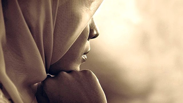 Müslüman Kadına Yumruklu Saldırı