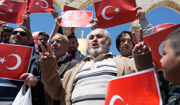 Filistinliler Mescid-i Aksa'da Türk Bayrağı Açtı