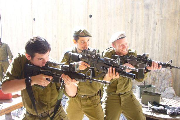 Siyonist Askerler Gazze'de  Ev Yağmaladı