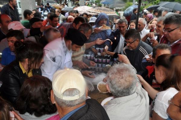 CHP, HDP'nin Başarısını Pilavla Kutladı