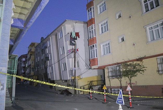 Gaziosmanpaşa'da 5 Katlı Bina Yan Yattı