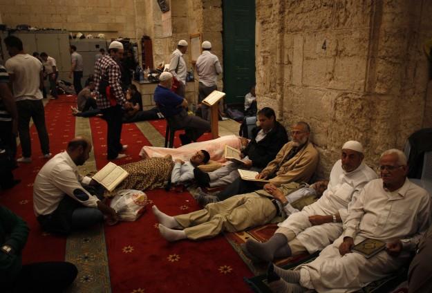 Mescid-i Aksa'da Yüzlerce Kişi İtikafa Girdi