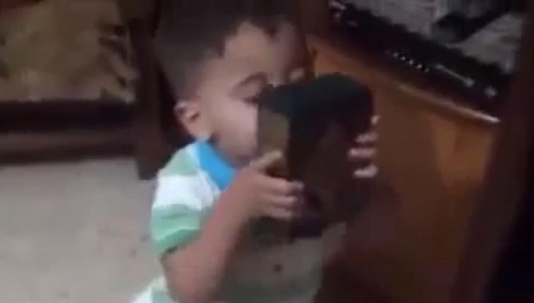 Siyonistlerin Yakarak Şehid Ettiği Bebek Kur'an-ı Kerimi Öpüyorken-VİDEO