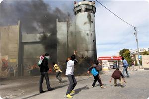 Filistinli Gençler El-Halil'de Siyonist Askeri Kuleyi Ateşe Verdi