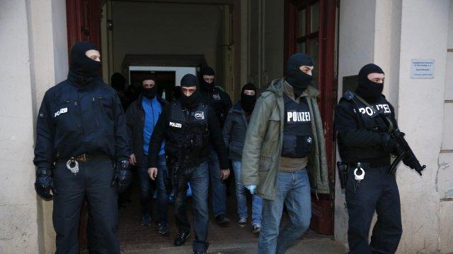 Alman Polisi, Camiye Baskın Durumunda Ayakkabı Çıkarmayacak