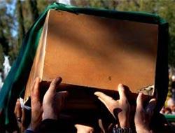 Tabuttan cenaze çıkmayınca cemaat şok oldu