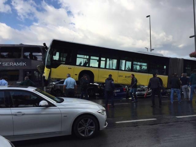 Yoldan Çıkan Metrobüs Araçların Üzerine Çıktı