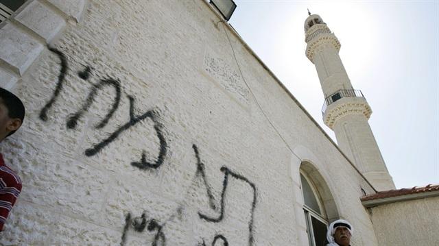 İsrail Filistin'in bir Köyünde Ezanı Yasakladı!