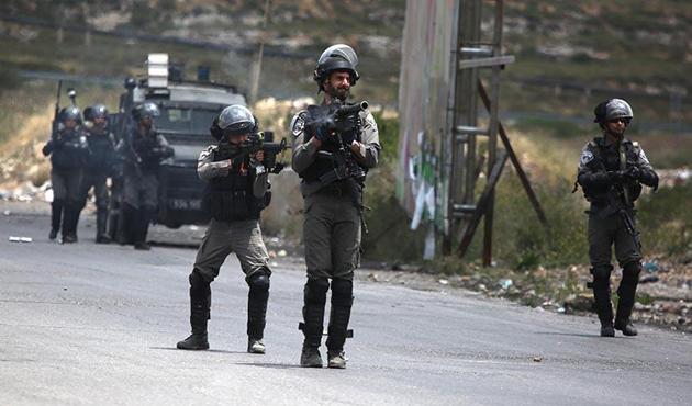 İsrail Askerleri Başörtülü Kadına Saldırdı (VİDEO)