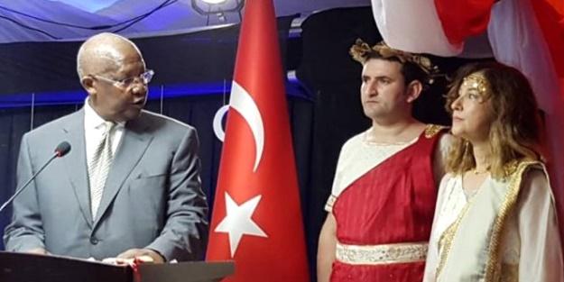 Yunan Kıyafeti Giyen Büyükelçi Geri Çağrıldı