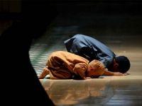 Babasının Namaz Kılması İçin Elinden Geleni Yapan Çocuk