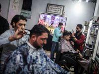 Gazzeli Berberlerin İlginç Saç Keseme Yöntemi (FOTO)