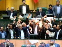 İran Meclisi'nde ABD Bayrağı Yakıldı