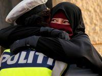 Peçeli Eylemciye Sarılan Kadın Polise Soruşturma(VİDEO)