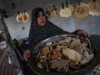 """Ekmek Kırıntılarını Satarak Ailesine Bakan """"Kadın"""""""