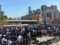 İslam Karşıtı  Gurup Namaz Kılan Müslümanları Rahatsız Etti